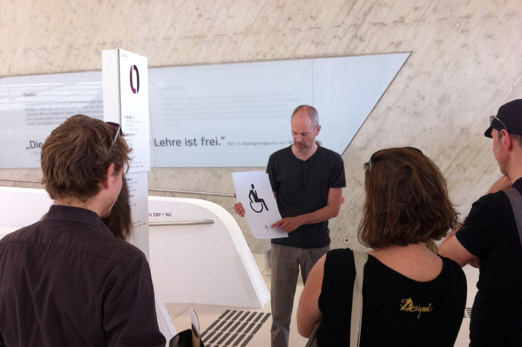 Erwin Bauer erklärt das Piktogramm