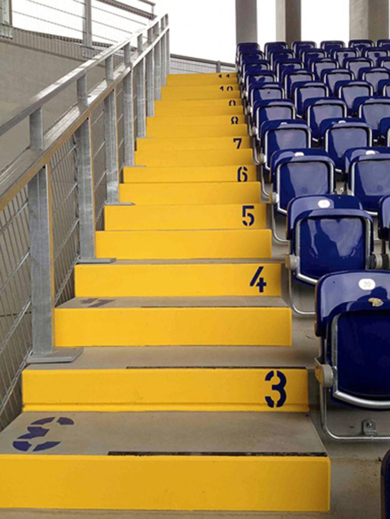 Starke Kontraste, große Beschriftungen und gut sichtbare Stufenmarkierungen erleichtern das Auffinden des Sitzplatzes in der NV-Arena in St. Pölten