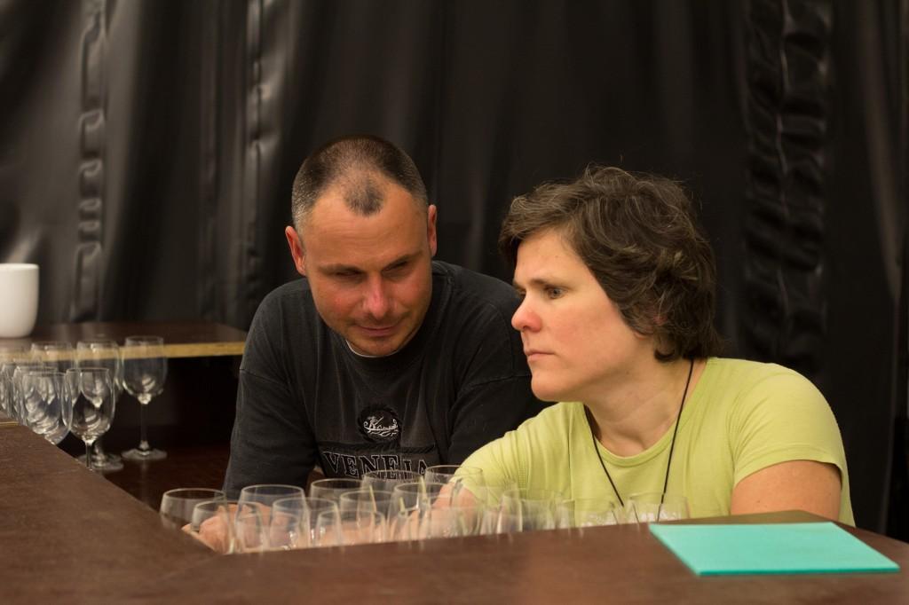 Dialog im Dunkeln Mitarbeiter in der Bar