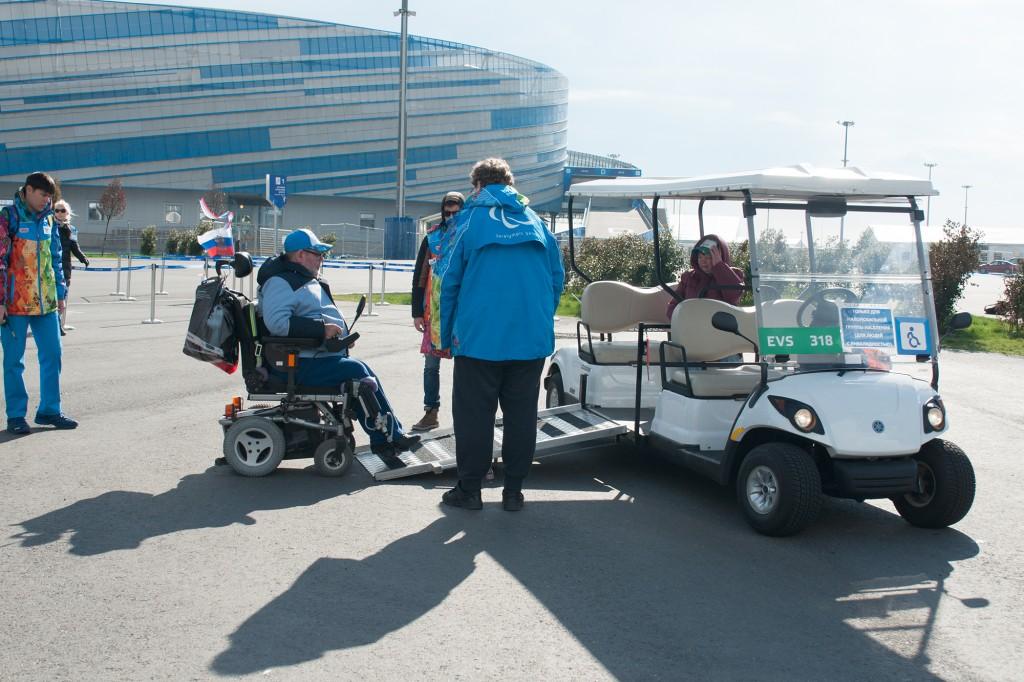 Golfcart als Transportmittel für Rollstuhlfahrer