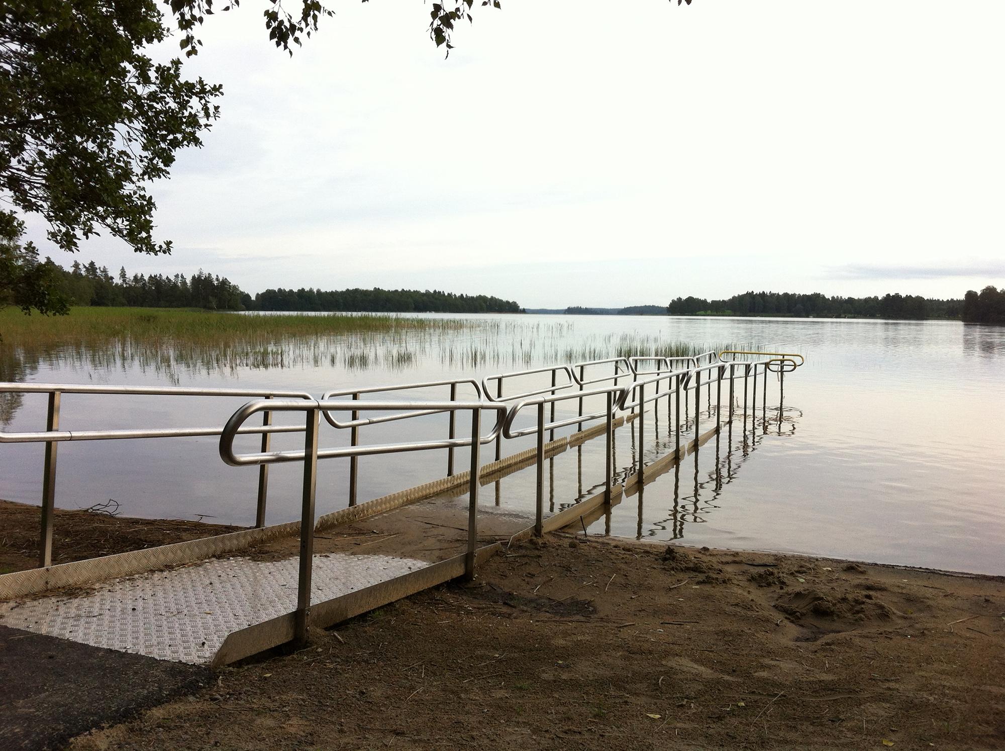 Zugang für Rollstuhlfahrer_innen direkt in das Wasser hinein