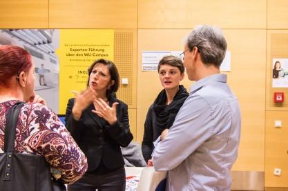 Katharina Hölzl von Include im Gespräch mit gehörlosen Interessierten