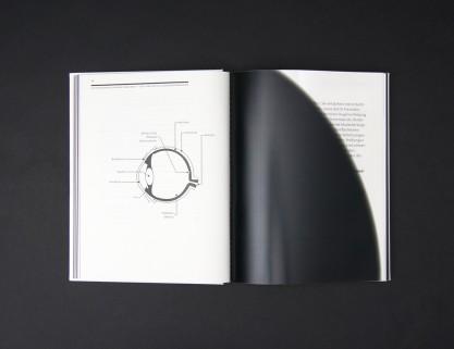 Aufgeschlagene Doppelseite aus dem Theoriebuch: So unterschiedlich kann Sehen sein, eine bedruckte Folie liegt über dem Text und simuliert eine mögliche Sehbeeinträchtigung.