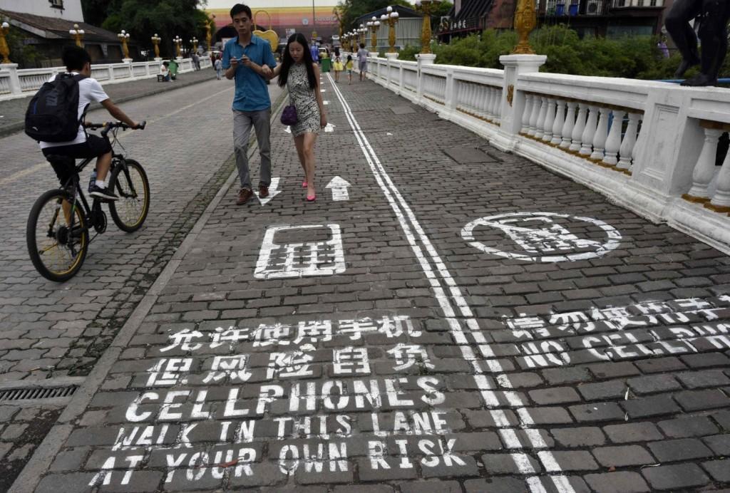 Zweigeteilster Gehsteig mit eigener Seite für Menschen die ihr Telefon nutzen